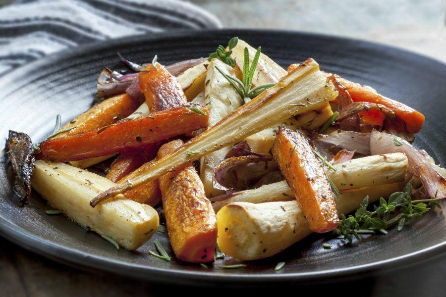 Kip met rozemarijn en ratatouille uit de oven